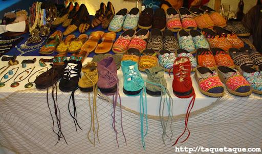 artesanía (zapatos) en el mercadillo del mar de Estepona (Málaga), (16 y 17 de julio de 2011)
