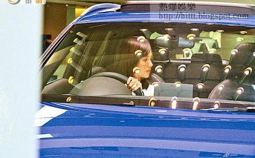 陳嘉寶坐到車內親自試手感。
