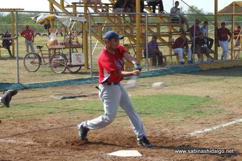 José Leza Montemayor bateando por Rayos en el softbol sabatino
