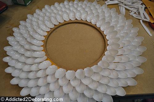Como fazer um espelho com colheres de pl stico for Manualidades para decorar espejos