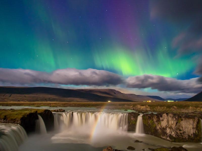 Aurora boreal sobre Godafoss