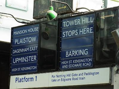 地下鉄のホームの行先表示
