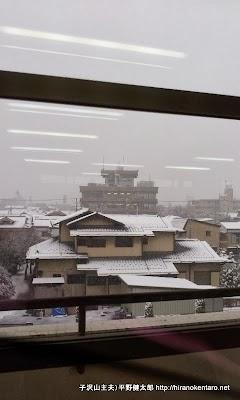 学校から外を見ると雪景色