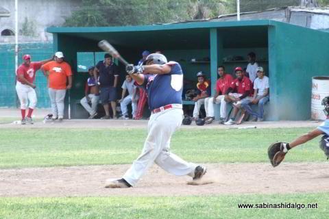 Fancisco Reyna bateando por Diablos en el beisbol municipal