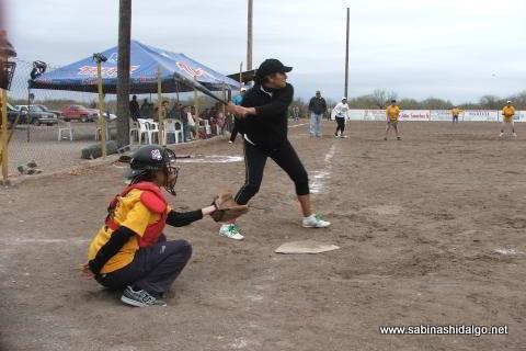 Brenda Treto de Cazadoras de Villaldama en el softbol femenil del Club Sertoma