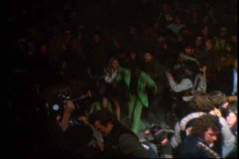 Ангелы бросились в сторону Хантера, который не пытается защищаться с помощью своего мнимого пистолета