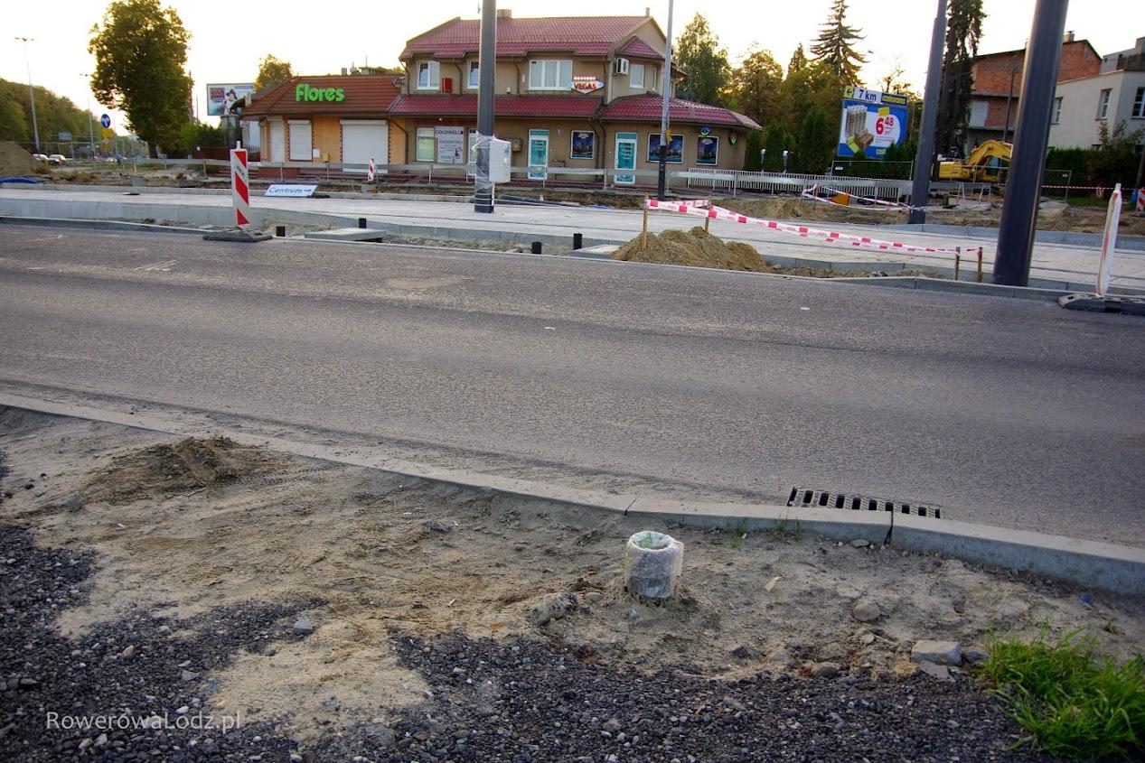 Obniżone krawężniki w miejscu gdzie planowane jest poprowadzenie przejazdu dla rowerów i przejścia dla pieszych.