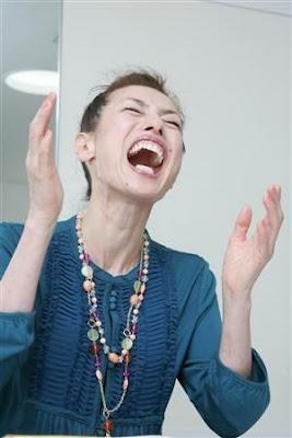 笑いながら手をたたく久本雅美の画像