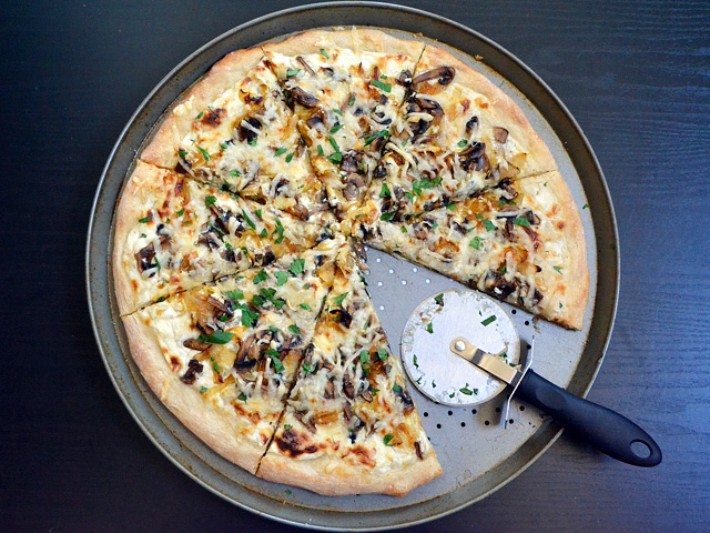 caramelized onion & mushroom pizza