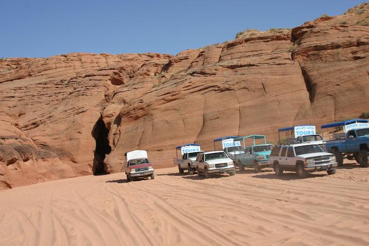 Furgonetas aparcadas a la entrada del antelope canyon en Page
