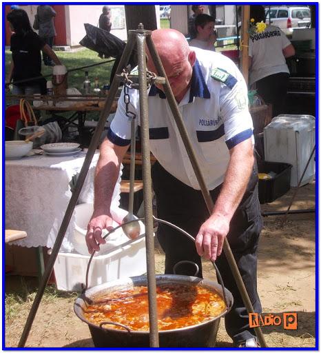 A Hajdú-Bihar megyei polgárőr napon főz egy polgárőr