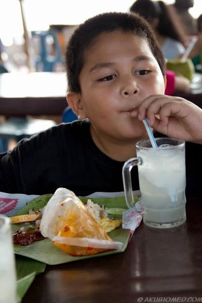 abang koning minum air kelapa