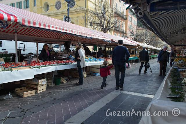 Nice'teki Cours Saleya'da dolaşırken