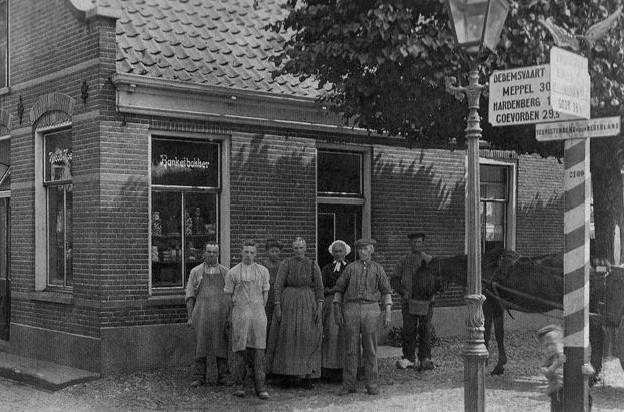Ommen had vroeger meerdere bakkers. Hoek Bouwstraat/Vrijthof bakkerij van G.Wicherson, 1911