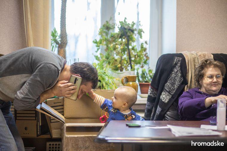 Родители Соломии Влад Урбан и Леся Литвинова берут дочку с собой на работу, где ею занимаются вместе все сотрудники фонда «Свои», 23 марта 2021 года