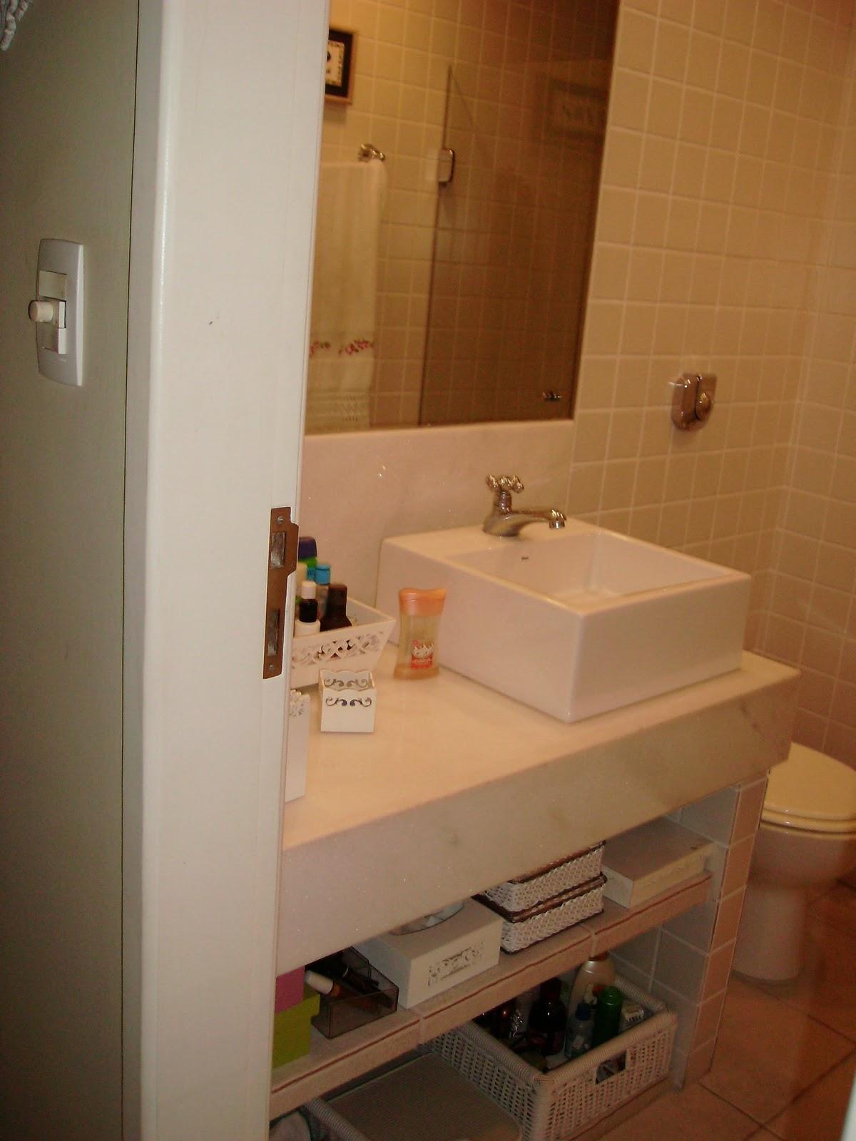 Meu banheiro é todo branco piso azulejo bancada cuba enfeites e  #A84623 1200x1600 Bancada Banheiro Resina