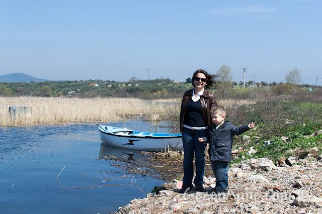 Uluabat Gölü'ne taş atarken