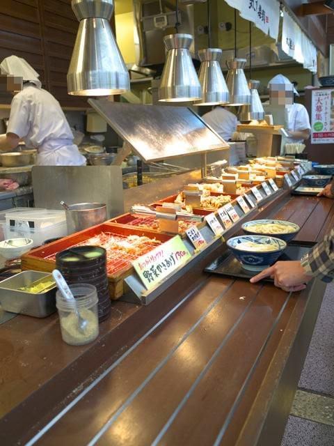 天ぷらなどが並べられた、丸亀製麺のカウンター