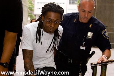 Imagen de Lil Wayne siendo arrestado por la policia