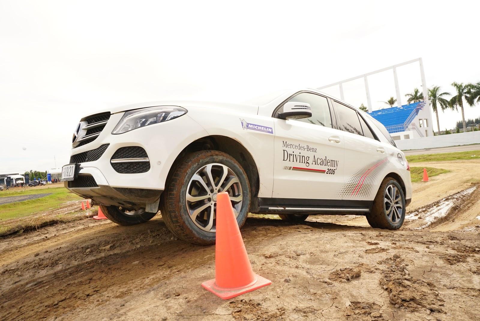 Dòng SUV đỉnh cao nhất của Mercedes đang trổ tài...vượt núi