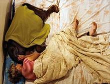 إمرأة تنام مع الفيل في سرير واحد