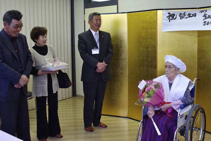 写真:長男・金山信幸さん(北竜土地改良区理事長)(左) 北竜町・佐野豊 町長(右)