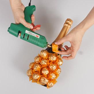 Cole os bombons na garrafa