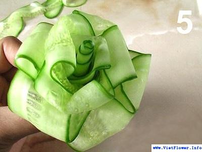 Quấn hoa hồng từ lát dưa leo - bước 5