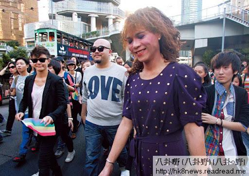 上週六,「出櫃」同志四千人遊行,女裝打扮的蘭子(紫衫者)一邊遊行,一邊陶醉享受「出櫃」的熱情,歌手何韻詩及黃偉文在旁撐場。
