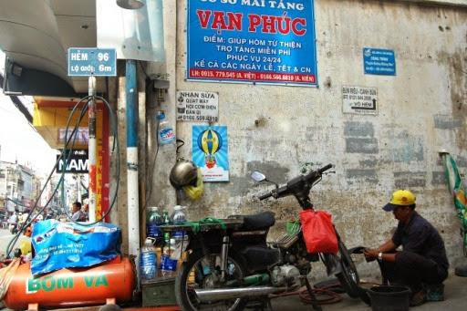 Con hẻm nhiều dịch vụ miễn phí giữa Sài Gòn