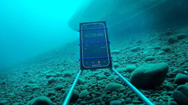 Bất ngờ trước khả năng chống nước bá đạo của iPhone 12 - 4
