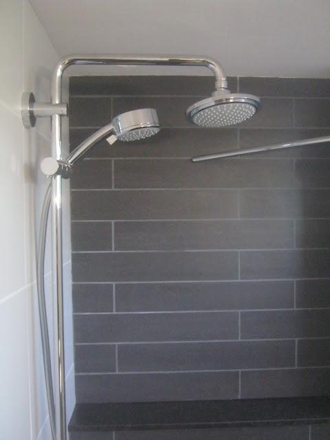 K w pro badkamerverbouwing in uitvoering - Wc muur tegel ...