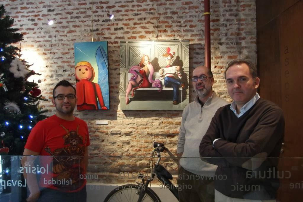 Los pintores junto a algunas de las obras de Gonzalo Sáenz Díez-Merry.
