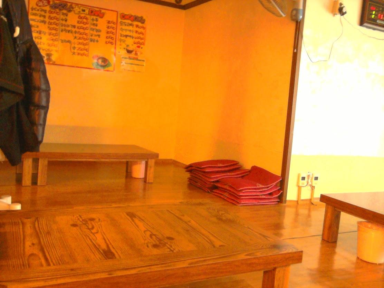 Šildomos grindys, žemi stalai ir plonos pagalvėlės. Imam po tris.
