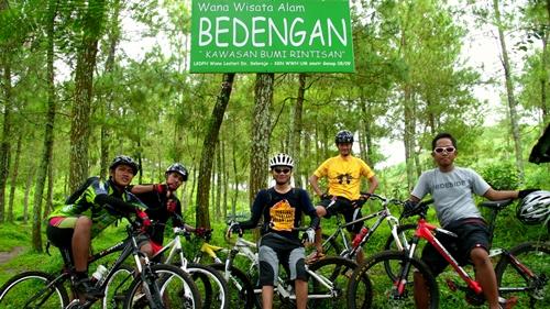 Kenangan ketika berfoto bersama di Wana Wisata Bedengan tidak boleh dilewatkan. Inilah gambar 5 dari 6 peserta GowesPiknik Bedengan yang diadakan pada 07 Januari 2012.