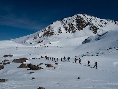 Grup d'excursionistes passsant sota el vessant nord del Pic de la Mina