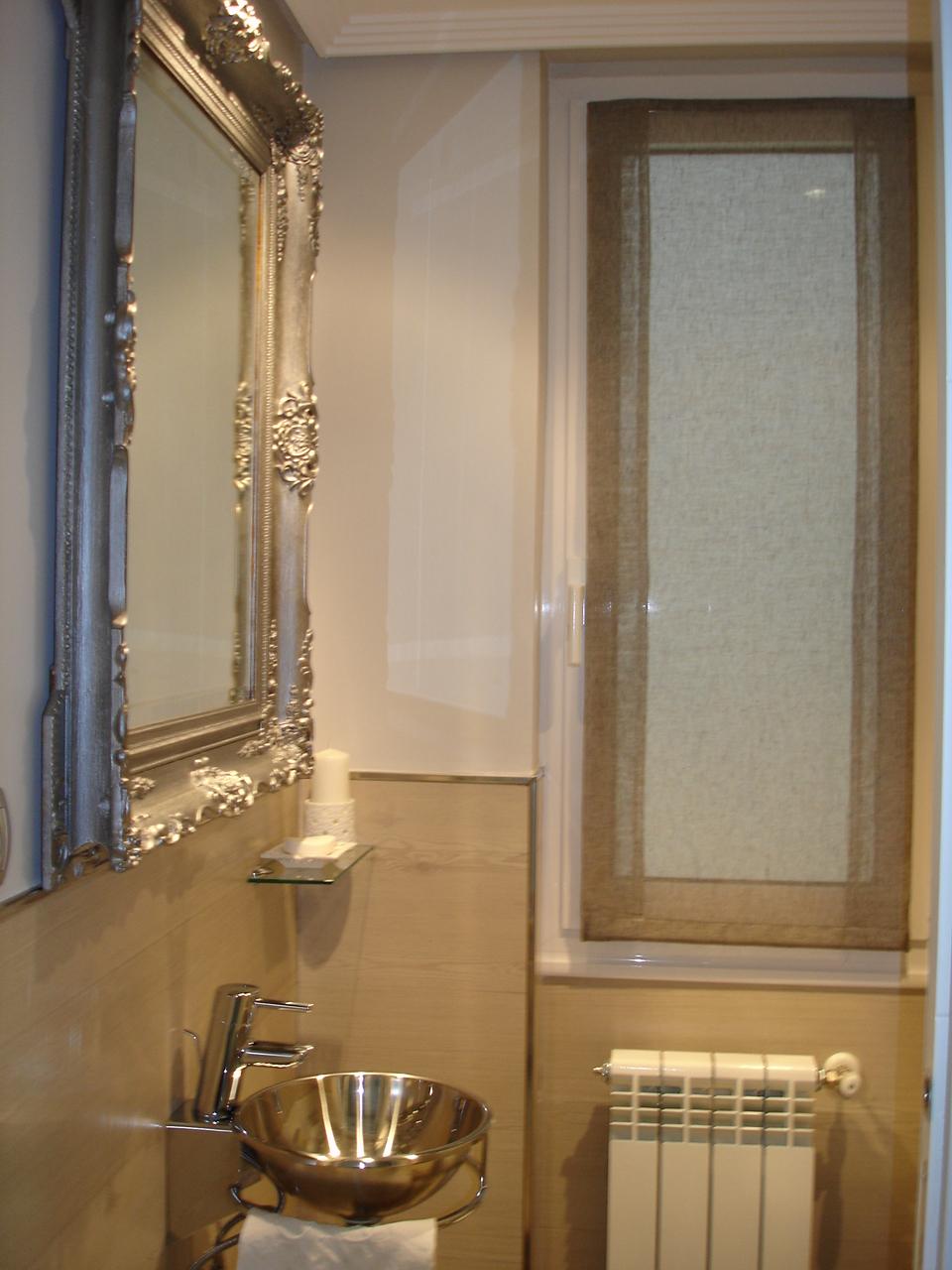 Casas De Decoracion La Plata ~ del aseo de la casa  El lavabo de acero contrasta con el espejo plata