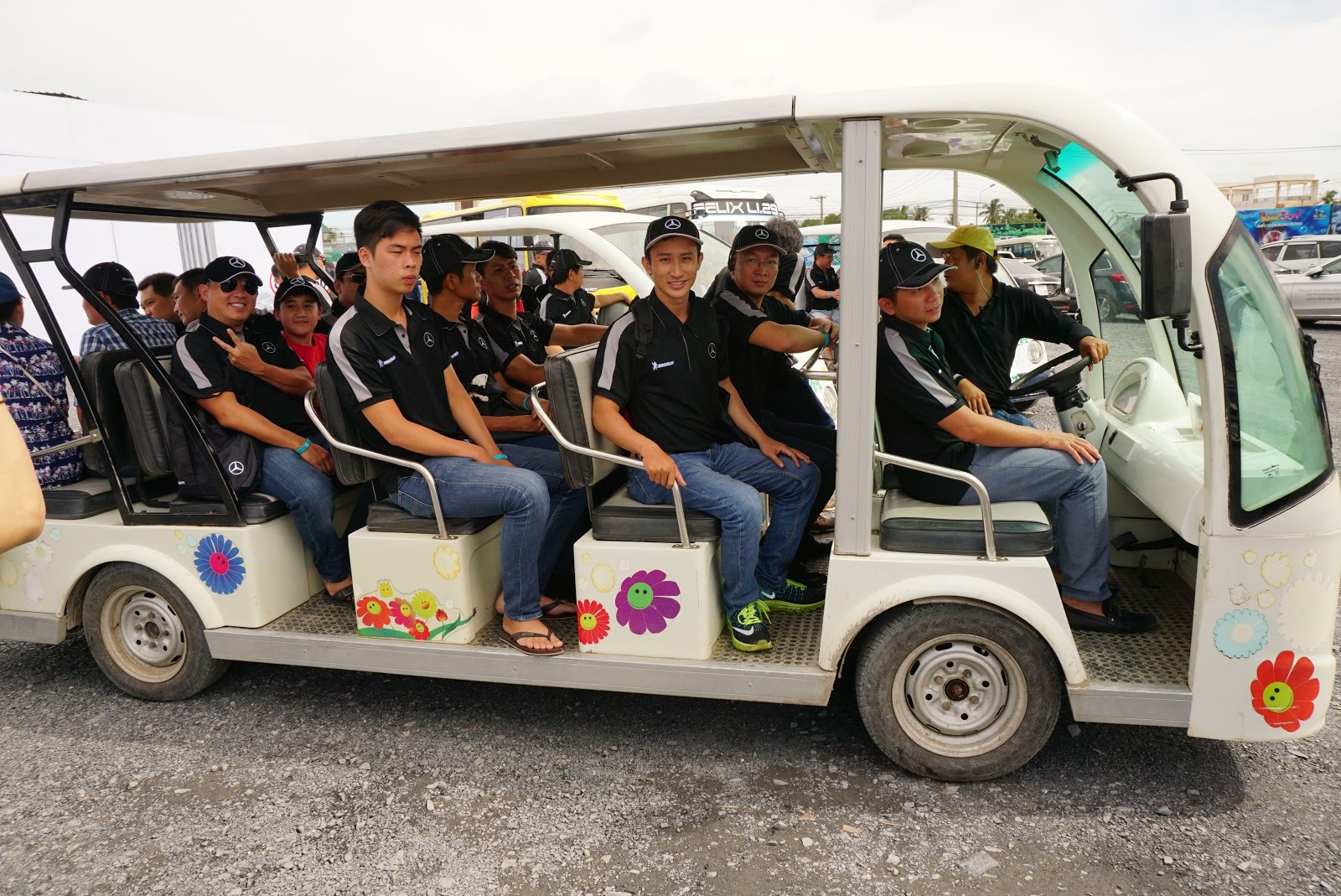 Có 3 nhóm được chia ra, xe đưa đón đưa các nhóm đến bãi tập trong trường đua