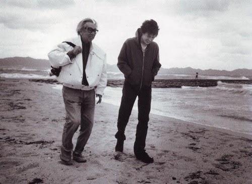 兩師徒漫步沙灘
