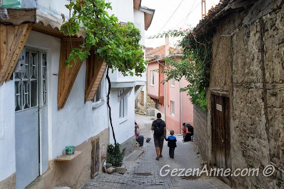Bursa, Trilye sokaklarında yürürken