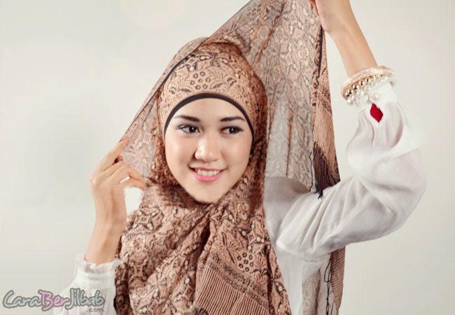 Cara Memakai Jilbab Model Batik