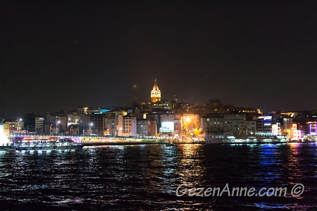 Gece Galata Kulesi ve Karaköy manzarası