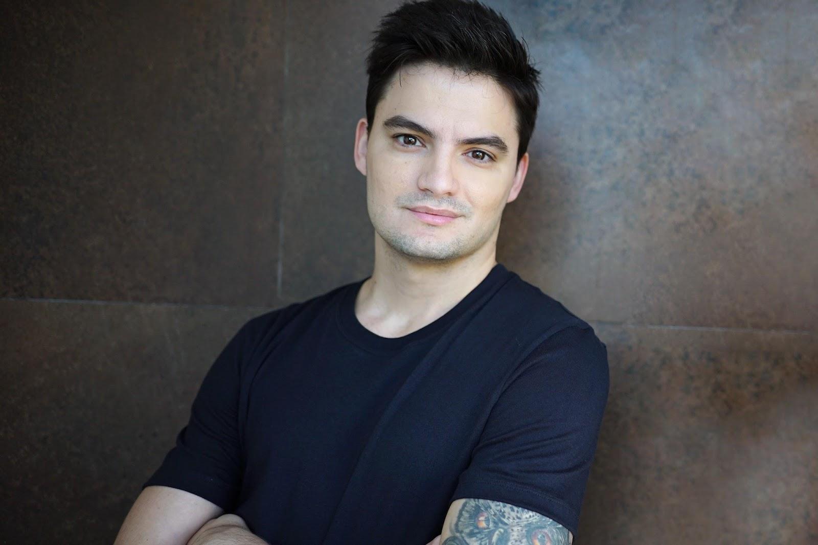 Youtuber Felipe Neto, de camiseta preta