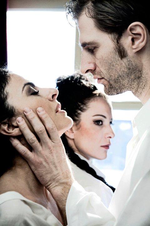 Θεατρική παράσταση «Δεσποινίς Τζούλι» του Πάτρικ Μάρμπερ. Ειδική έκπτωση στην τιμή εισιτηρίου, στους αναγνώστες της Μοντέρνας Σταχτοπούτας!  Tzouli
