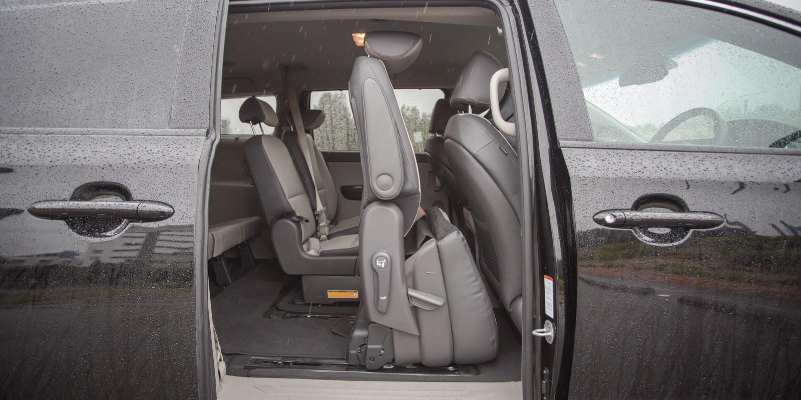 Cửa xe mở điện, nên rất tiện lợi và ghế thứ hai có thể tự mở lên
