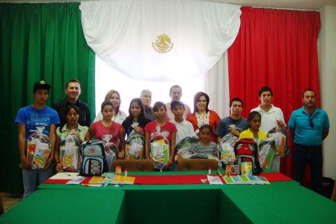 Entrega de paquetes escolares a niños de la Casa Hogar Oasis de los Niños