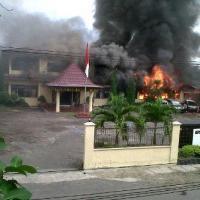 YOUTUBE OKU RUSUH 2013 TNI BAKAR POLRES Video Kerusuhan Terbaru Sumatera Selatan