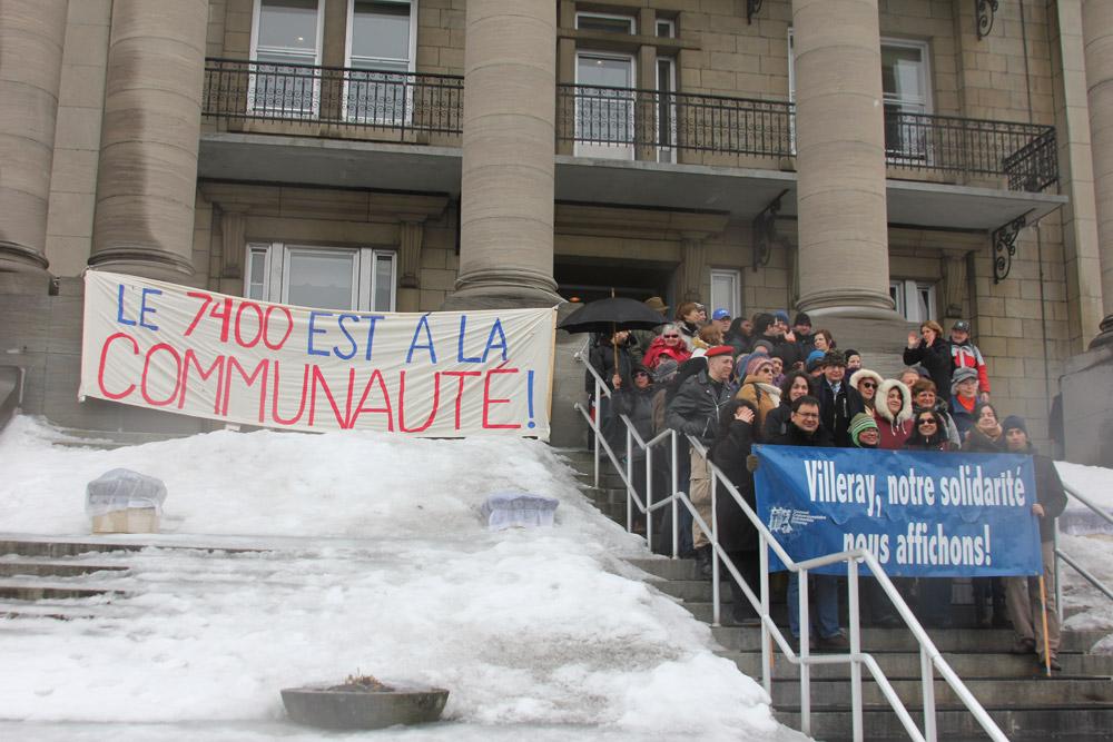 Photo du rassemblement des résidents et résidentes du quartier Villeray à l'occasion de la conférence de presse de la Coalition des AmiEs du 7400 St-Laurent