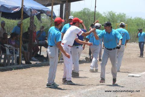 Adán Jaquis de Cerveceros en el softbol del Club Sertoma