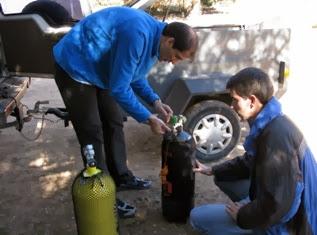 Daniel y Miguel preparando los equipos